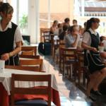 702_Restaurant_in_einem_Hotel_in_Cala_Millor_-_Kellnerinen_bei_der_Arbeit
